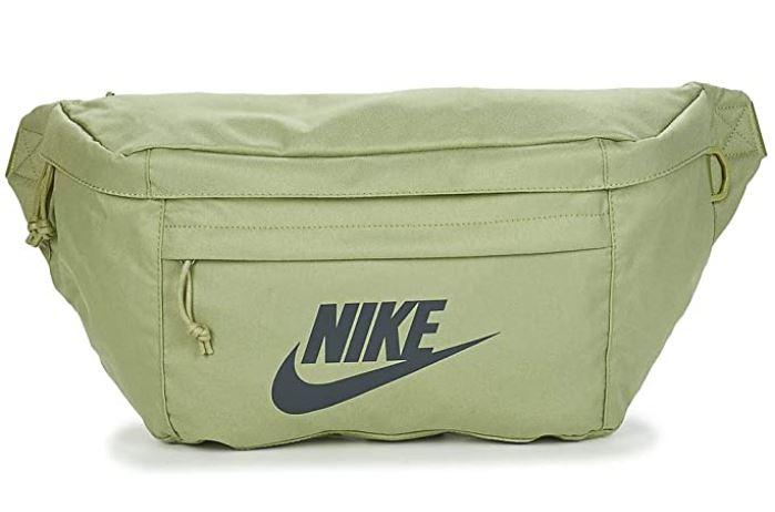 sac banane Nike Ba5751 de couleur kaki vert clair avec logo nike noir et petite poche frontale