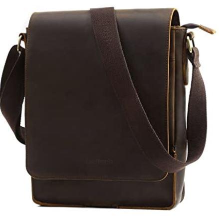sacoche retro masculine en cuir lisse marron fonce portee en bandouliere ou a lepaule